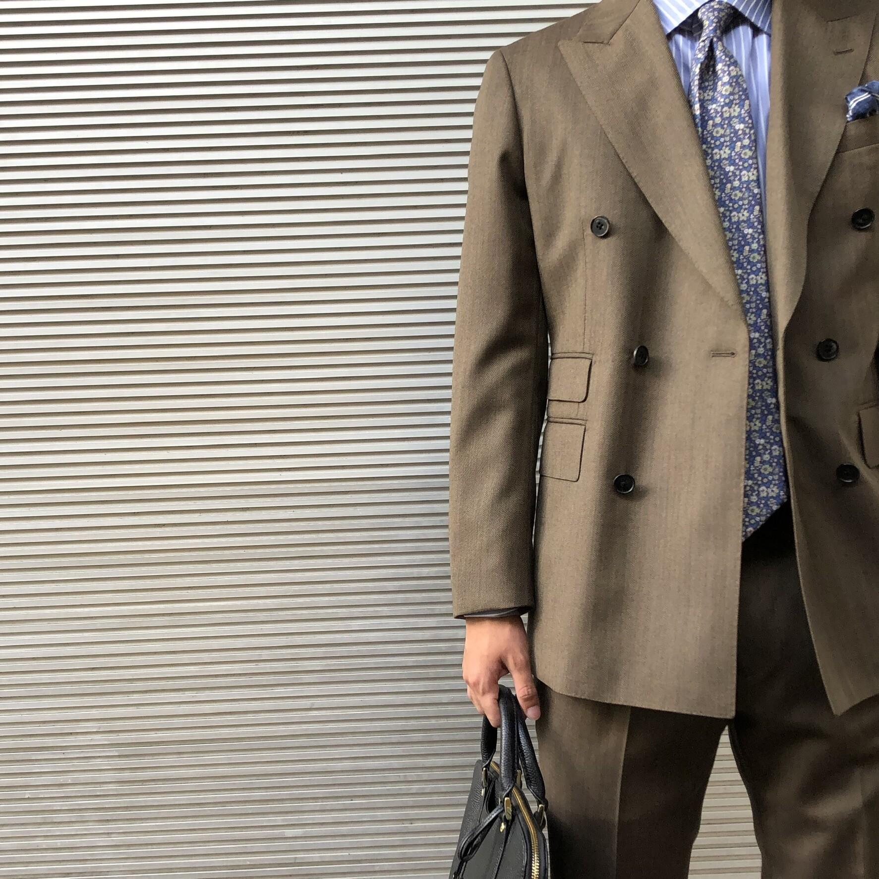 今年のスーツはダブルブレストで決まり。